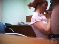 Comendo a esposa na mesinha do escritório