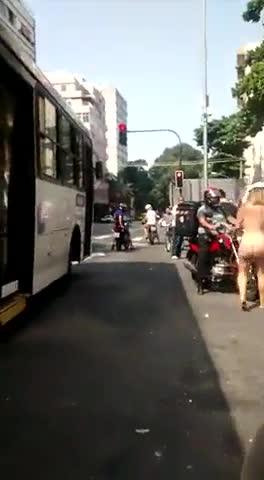 Flagra Mulher Pelada Nas Ruas da Cidade Grande