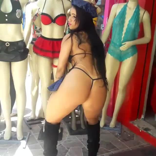 Gostosa Amadora Semi Nua Faz Publicidade De Sex Shop