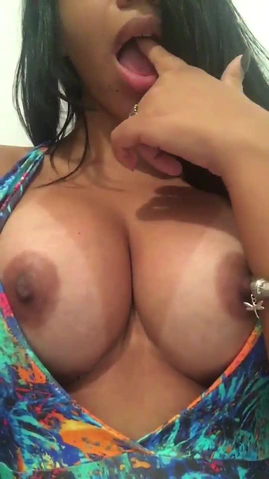 Amadora de peitão gostoso se exibindo pelada