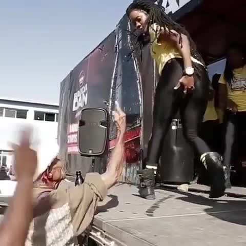 Vovô assediando dançarinas gostosas